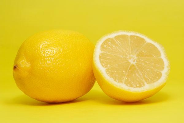 На фото: лимон