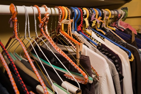 На фото: одежда в шкафу