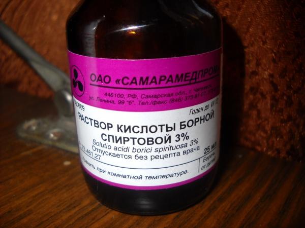 На фото: раствор борной кислоты