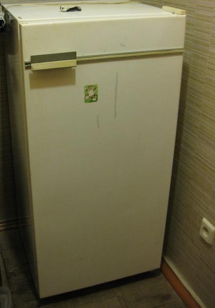 На фото: старый холодильник