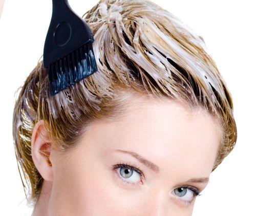 На фото: покраска волос